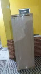 Vendo uma geladeira muito boa meu zap *