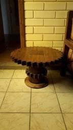 Móveis rústicos em couro e madeira.