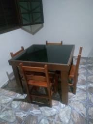 Mesa com 4 cadeiras e sofá-cama.