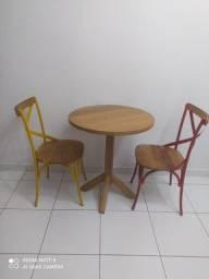 Conjunto mesa com 2 cadeiras madeira de demolição