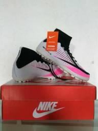 Chuteira da Nike Society Branca com rosa. Tamanho Disponível: 38