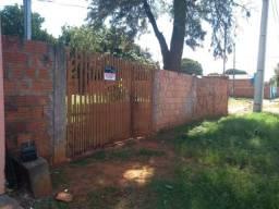 Casa no asfalto, terreno 360m², toda murada, 3 peças com banheiro, escriturada. Tarumã