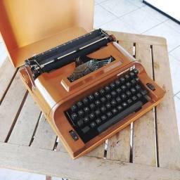 Possui a caixa Maquina de escrever antiga - antiguidade