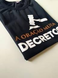 """Camisa """"A ORAÇÃO MUDA DECRETOS"""""""