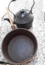 Panela e chaleira de ferro antiga