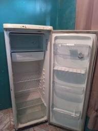 Estou vendendo esta geladeira funcionando normal.tem bebedouro na porta.