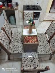 Mesa com cadeiras:  6 lugares.