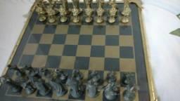 Jogo de xadrez para colecionador todo em bronze, tabuleiro em vidro temperado.