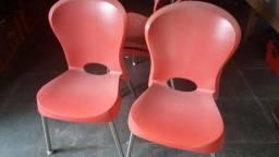 Cadeira de Plástico Injetado com Pés de Aço