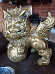 Casal de dragão chinês antigo de bronze.