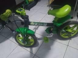 Vendo bicicleta de menino 150 reais praticamente nova