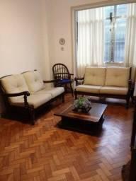Sofá com mesa de centro