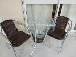 Mesa com 4 cadeiras.