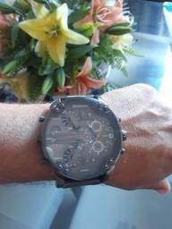 Relógio super novo usado só 4 vezes. foi presente ficou muito grande pra mim