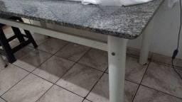 Vendo mesa de 6 cadeiras (só a mese) grande tem alguns detalhes!