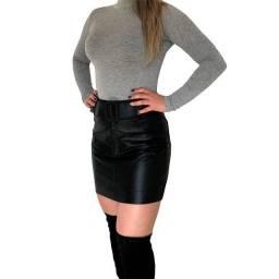 Saia curta preta de couro com cinto justa e cintura alta feminina