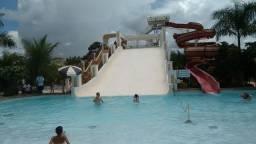 Flat com uma suite com ar condicionado e parque aquático com 12 piscinas
