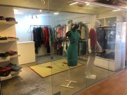 Vende se loja com móveis e 90 peças de roupas