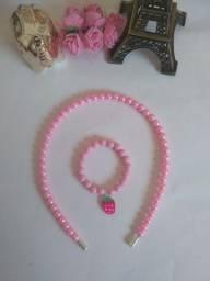 Tiara e pulseira de pérolas