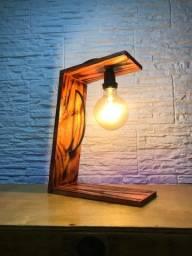 Luminária de madeira com lâmpada retro