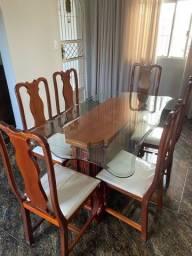 Mesa de jantar e buffet com espelho