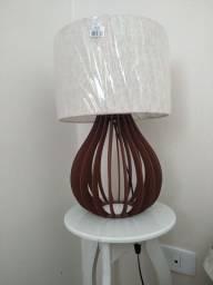 Abajur de madeira com cúpula de tecido - NOVO