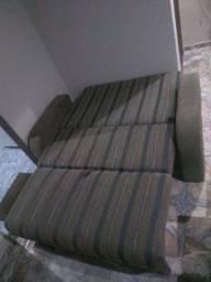 Sofá-cama e mesa de madeira com 4 cadeiras.