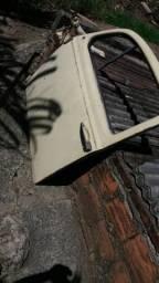 Cadeira de ônibus e portas de fusca