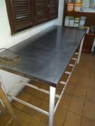 Vendo uma mesa e um armário de aço inox bem conservado