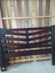 Cama de madeira maciça.