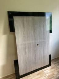 Vendo uma mesa de vidro com 4 cadeiras e um rack com painel.