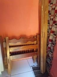 Vendo 3 cama de madeira de solteiro só falta as lateral e tela ok