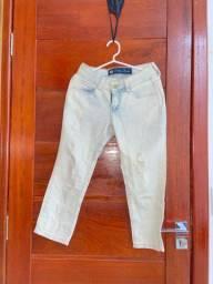 Calça jeans clara destroyed com a barra curta da OSMOZE DENIUM