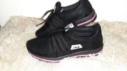 Tênis Fila novo na caixa cor preto / rosa