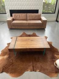 Sofá de couro e mesa de centro +  pele de urso