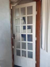 Porta externa em madeira e vidro