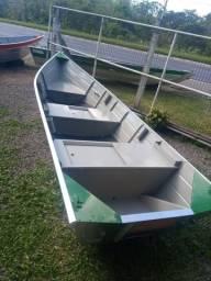 Barco de aliminio bicudo e semi-chata