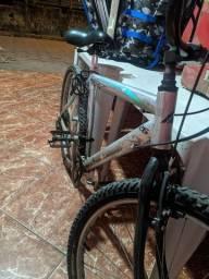 Bicicleta de aluminio e macha.