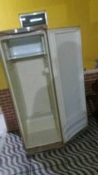 Vendo  uma geladeira meu zap *