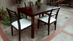 Mesa + 4 cadeiras bem conservada .