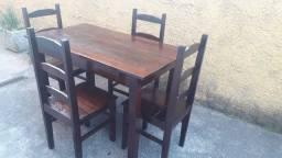 Jogo de mesa com quatro cadeiras