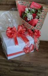 Declqravao.de amor com cestas e flores
