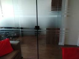 Divisória em vidro temperado com adesivo jateado para escritório