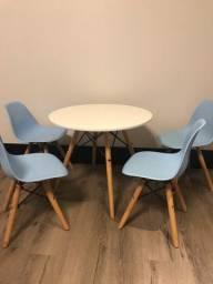 4 cadeiras e mesa Eames Eiffel infantil