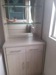 Armário planejado com espelho e prateleira de vidro