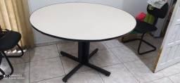 Ótima mesa de escritório com 2 cadeiras em bom estado