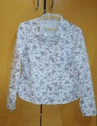 Camisa branca de flores