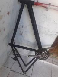 Quadro de bicicleta e  algumas peças vai junto
