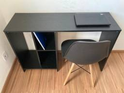 Linda mesa e cadeira impecável