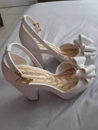 Sandália branca petite jolie